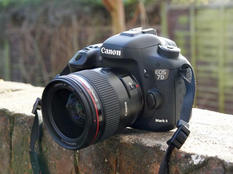Kamera Canon Paling Bagus - Canon EOS 7D Mark II -
