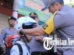 Operasi Patuh Semeru, Polres Madiun Bagikan Helm Gratis