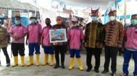 Walikota Pangkalpinang Mendapat Cendera Mata Dari Satgas Smile Kelurahan Pasar Padi
