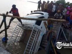 Viral,,,!!! 2 Kali Ambruk Mobil Pick Up Nyungsep, Di Jembatan Penghubung Dua Desa Kec.Nonggunong Sumenep