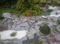 skalny ogród razem z rzeką która jest wysypana drobnymi kamieniami