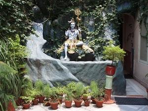 Shiva statue in the grounds of Parmath Niketan Ashram, Rishikesh, Shivalak Hills, Himalayas, India,