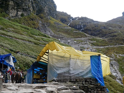Midway on journey up to Hemkund