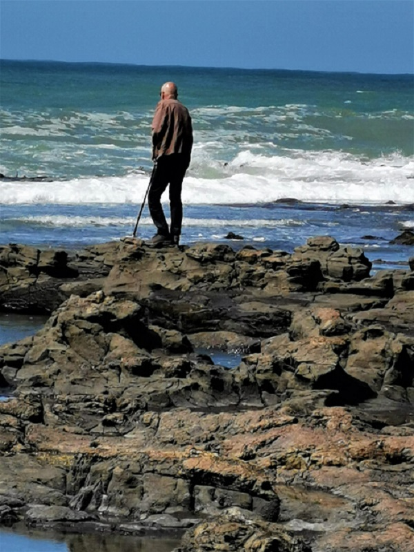 Manfred observing the Great Southern Ocean from the edge of the petrified forest