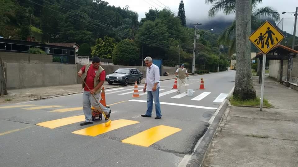 Prefeitura faz pintura de faixas de pedestres