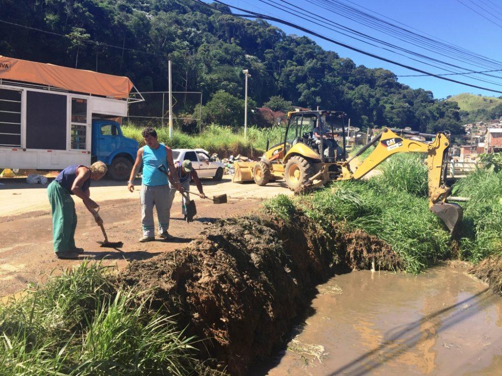 Prefeitura desobstrui rio na Quinta Lebrão