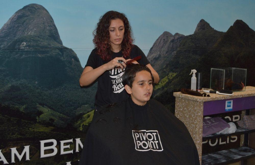 Ação solidária de doação de cabelos faz sucesso no Mercado Popular