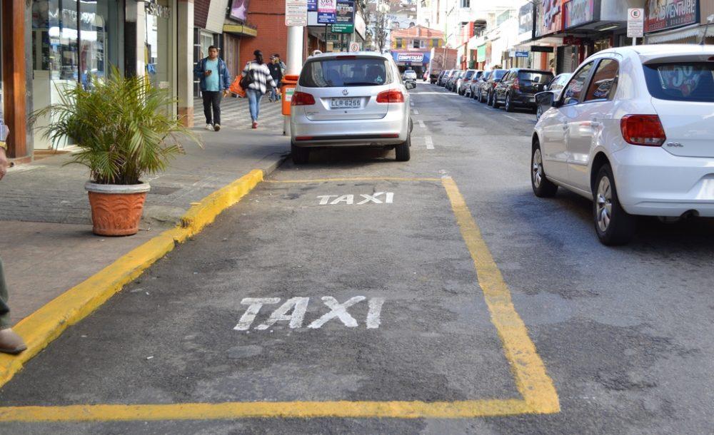 Vaga para desembarque de passageiros de táxi