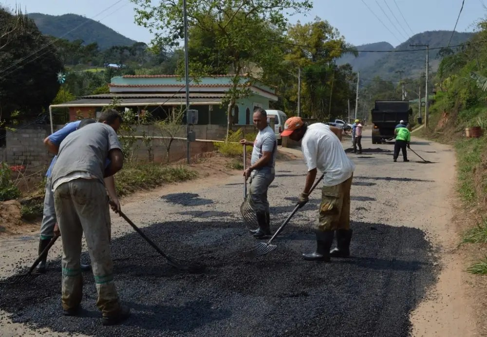 Operação tapa-buracos atende moradores de Água Quente
