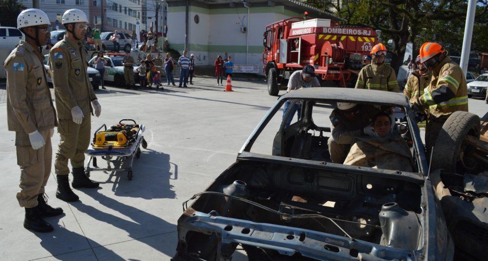 Simulação de socorro à vítima de acidente encerra campanha de trânsito