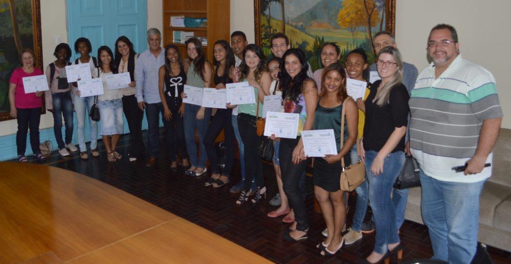 Formandos recebem certificados de cursos da Sec. Trabalho