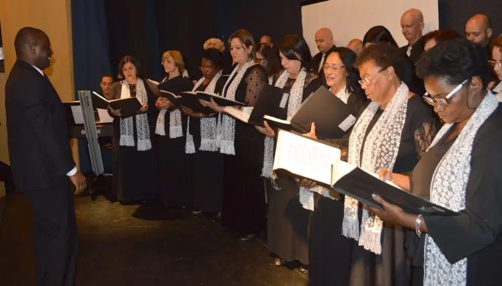 Coro Lírico Acrópolis apresenta espetáculo de canções natalinas e temas de filmes clássicos