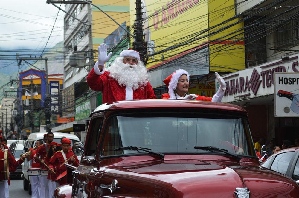 Parada de Natal: público se encanta com desfile