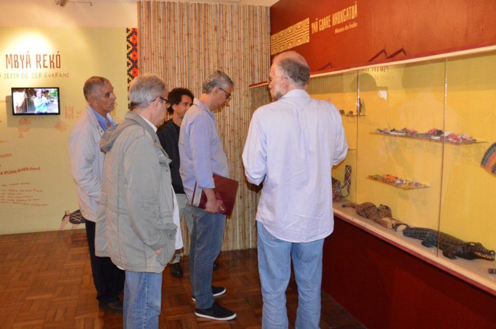 Visita à exposição sobre índios Guarani-Mbyá
