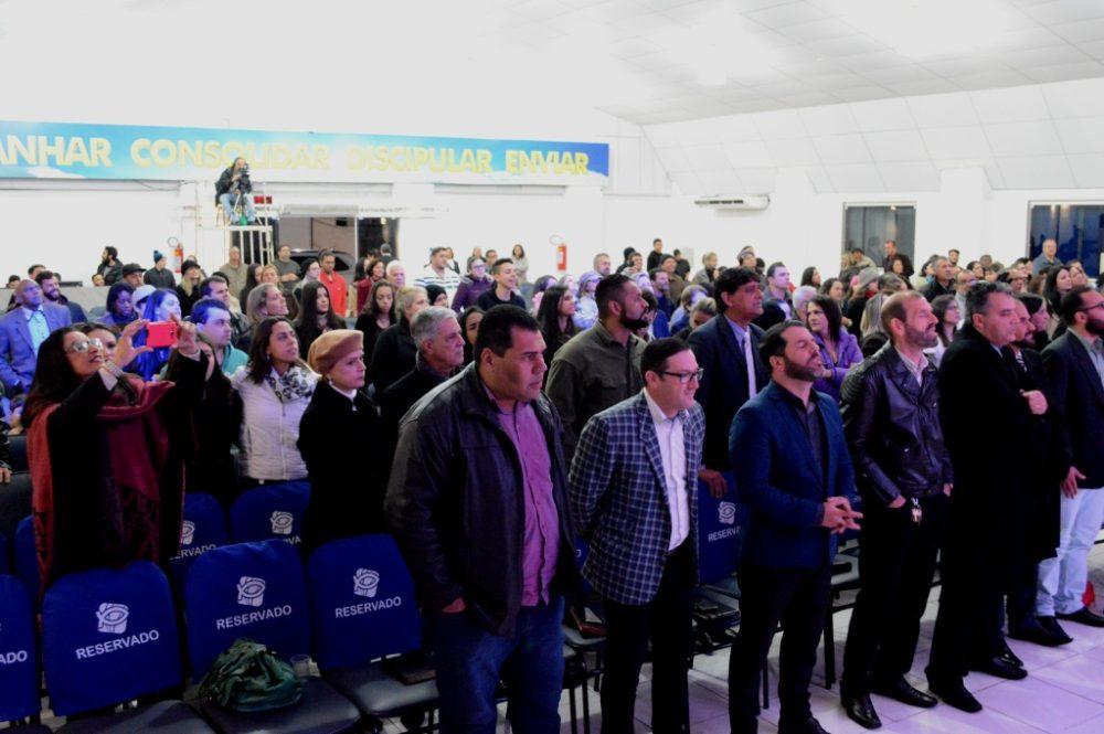 Louvor e adoração marcam culto de gratidão pelo aniversário de Teresópolis