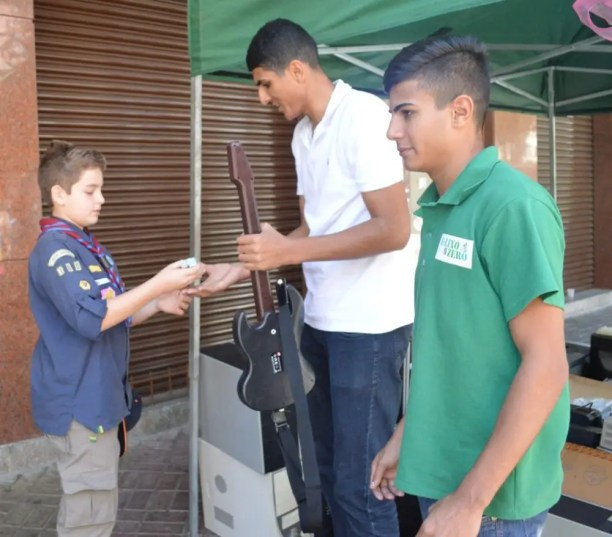Funcionários da ONG E-Lixo Zero recebem material de escoteiros