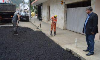 Vereador Dedê da Barra acompanha a operação tapa-buracos no Espanhol