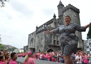 Desfile de mulheres vencedoras de vários tipos de câncer