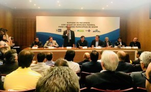 Governador Luiz Fernando Pezão (de pé) na cerimônia de repasse de recursos de emenda parlamentar para custeio de unidades de saúde do estado do Rio de Janeiro