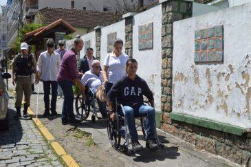 Grupo inicia a vivência de situações reais pela Rua Prefeito Sebastião Teixeira em cadeiras de rodas e com os olhos vendados para elaboração do manual do Programa Calçada Acessível