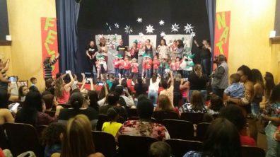 Alunos do Berçário ao Jardim cantam e dançam na festa natalina da unidade de ensino Elza Corradini