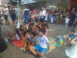 Criançada assiste à contação de história do Grupo Pirueta