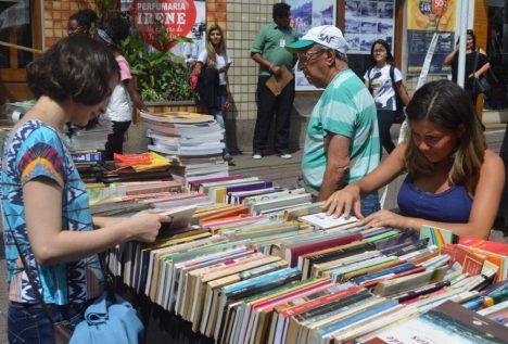Público aproveita bons preços dos livros