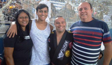 Família unida pelo esporte: o lutador Jonathan Pitbull com a mãe Marinete Bento Monteiro, o irmão Matheus e o pai Joselito Monteiro