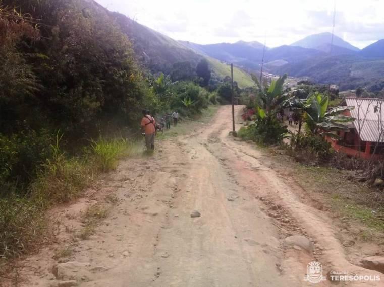 Estrada vicinal do interior recebe equipe da Agricultura