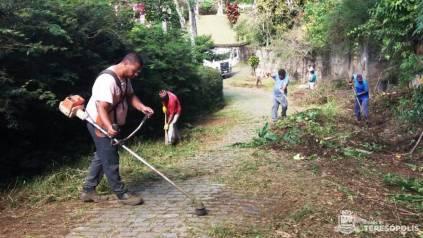 Frente de trabalho de Serviços Públicos faz faxinaço em rua do Parque do Ingá