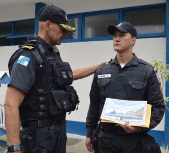 Coronel Laviano, comandante geral da PMERJ, presta homenagem ao soldado Lohan, que participou do salvamento da dona de casa Maria da Penha Moura em incêndio