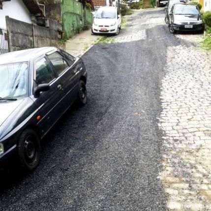 Operação tapa-buracos na Rua Manoel Teixeira, na Barra do Imbuí, feita a pedido do vereador Dedê e moradores