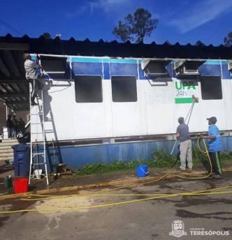 Pessoal de Obras lava as paredes da UPA