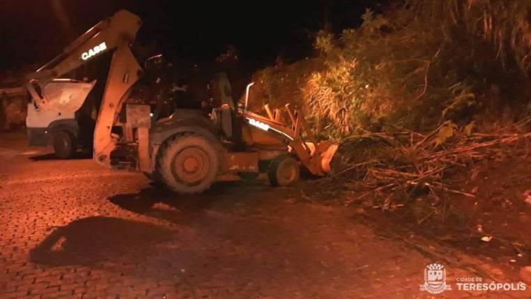 Retirada noturna de lixo na entrada da Vila Muqui