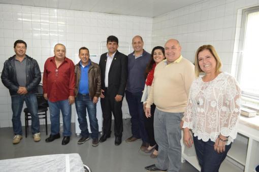 A abertura do Núcleo de Feridas Complexas tem a participação de autoridades municipais executivas e legislativas, além da equipe técnica da unidade