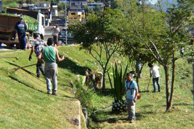 Serviços Públicos realiza limpeza no Rio Meudon, em frente à UPA