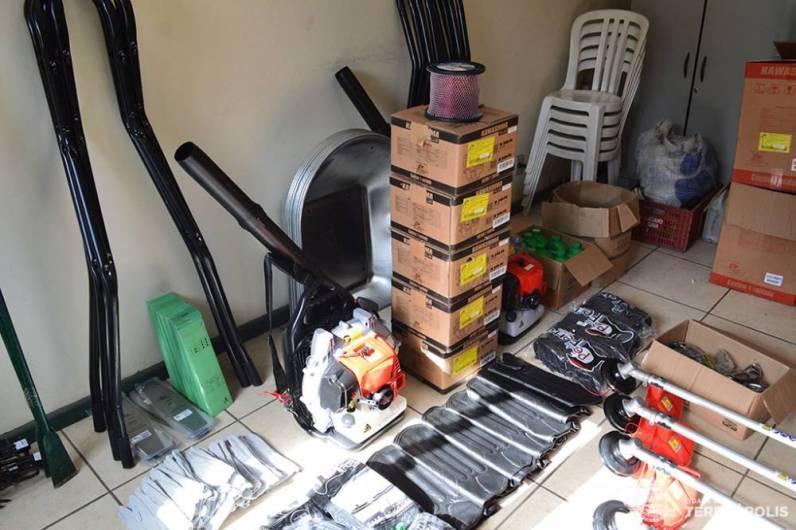 Entre as ferramentas e equipamentos, sopradores costais e peças para montagem de carrinhos de mão