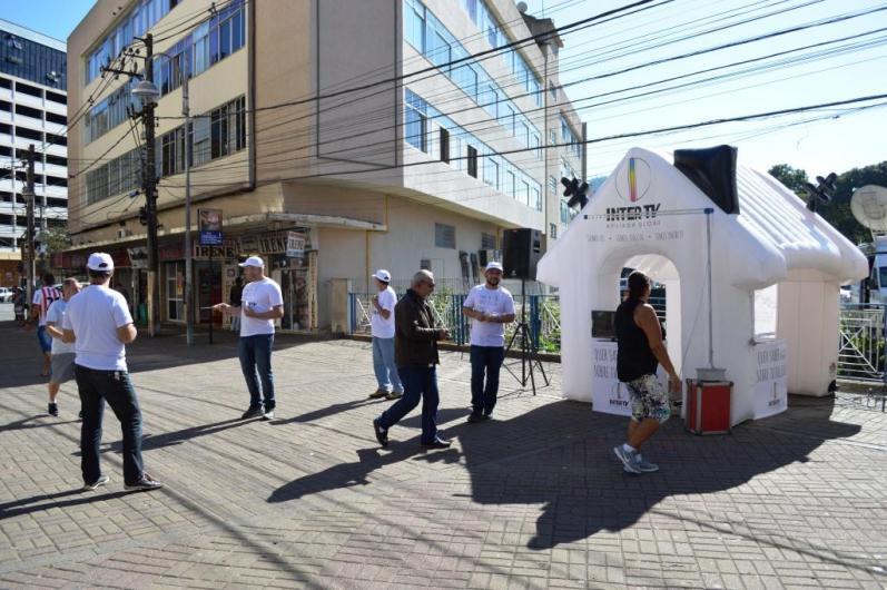 Representantes InterTV também realizaram ação informativa sobre o sinal digital na Calçada da Fama, no Centro