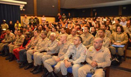 Homenageados e familiares, autoridades e convidados na solenidade realizada na Prefeitura
