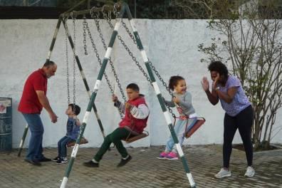 Crianças da comunidade aproveitam os brinquendos do parque infantil da nova praça