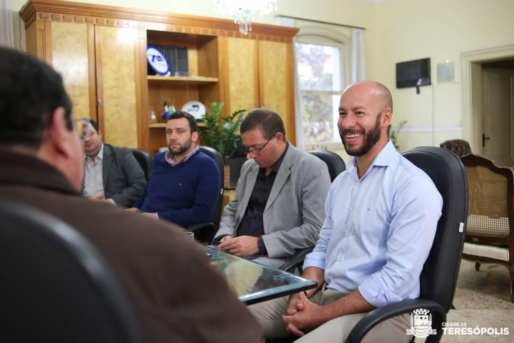Prefeitos Vinicius Claussen e Renato Bravo, conversam sobre projetos para fomentar a região