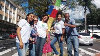 Grupo de voluntários decora árvore em frente à Prefeitura