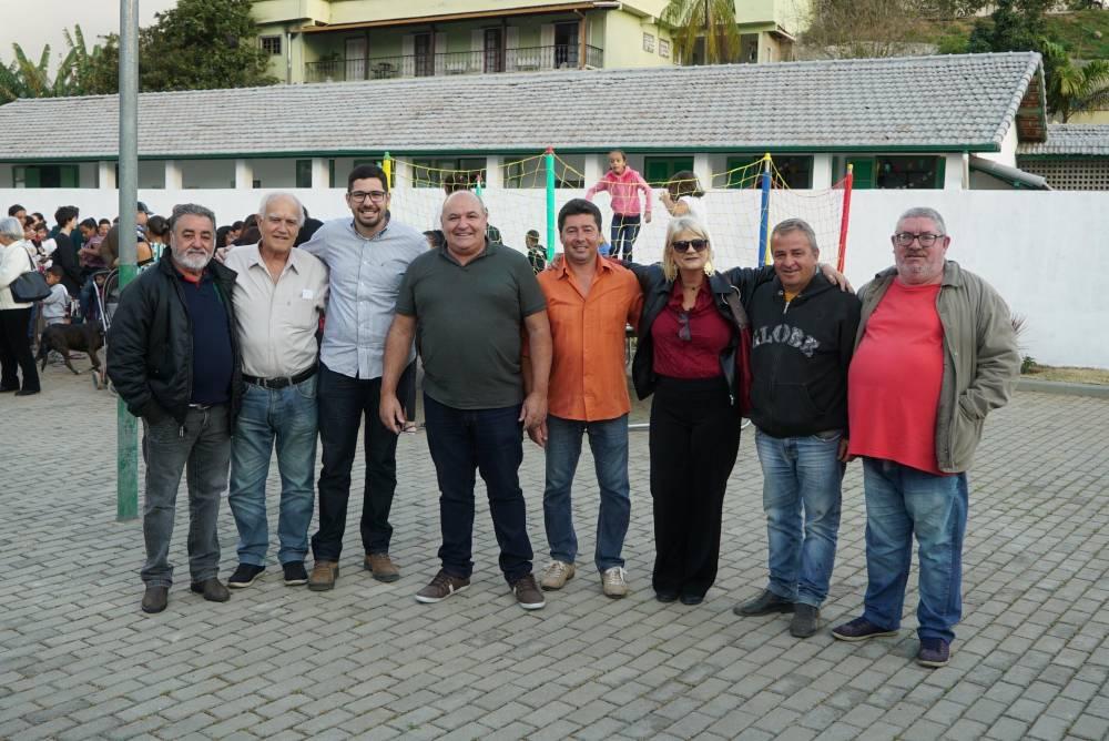 Prefeito Pedro Gil, ao centro, com secretários municipais e colaboradores na entrega da praça à população