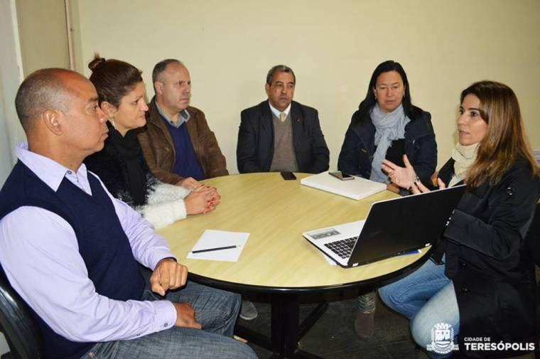 Representantes da Prefeitura e da Seja Digital unidos para informar a população sobre quem tem direito aos kits gratuitos