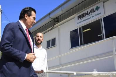 Rogério Abdalla e Prefeito Vinicius Claussen deixam o Centro Municipal de Diálise após visita oficial