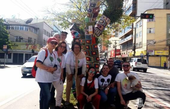 Voluntários do projeto Divas terminando a decoração de mais uma árvore