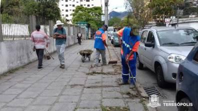 Capina e limpeza na avenida Lucio Meira, na Várzea