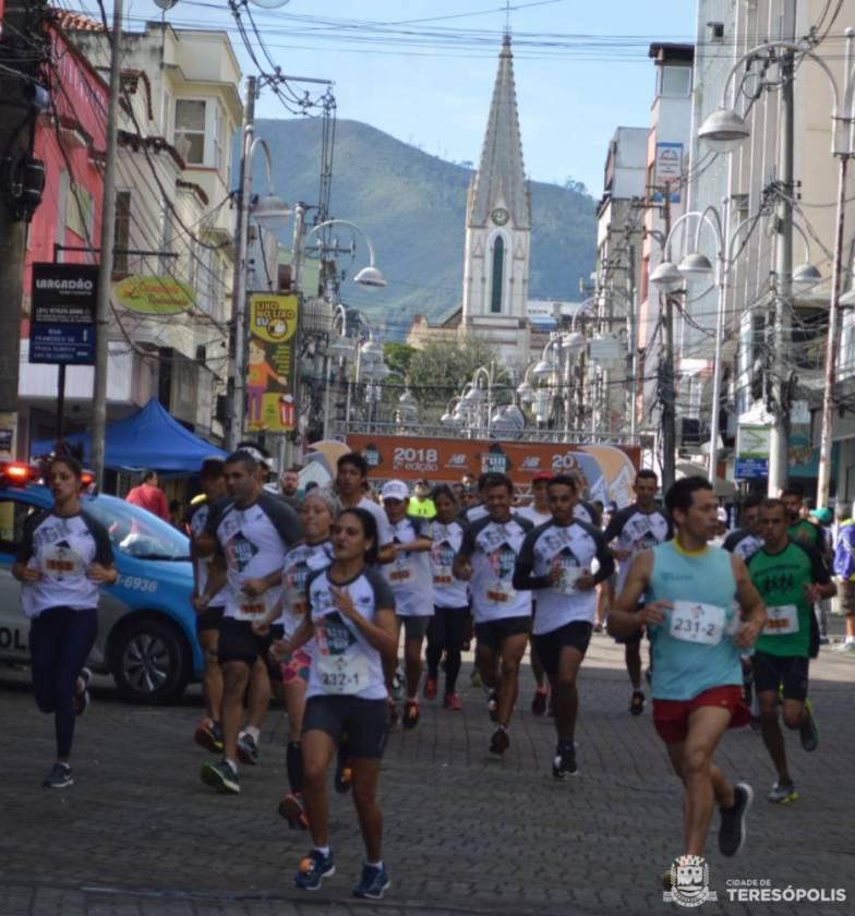 Cerca de 300 atletas participam da primeira edição da corrida Unisport Run 6+6KM, em Teresópolis