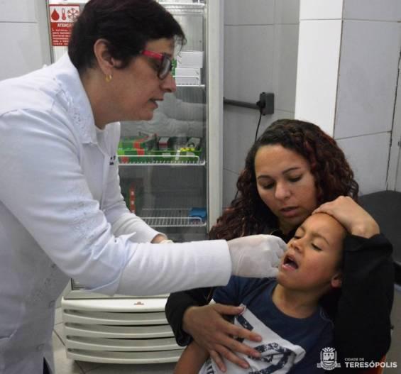 Criança recebe as gotinhas da vacina contra pólio no Dia D