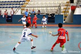 Jovens talentos do Teresópolis-SMEL e do CSSE em partida da Série Prata do Estadual de Futsal